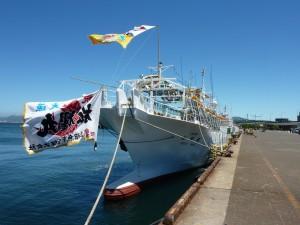 大漁旗を取り付けた出漁前の船舶の様子